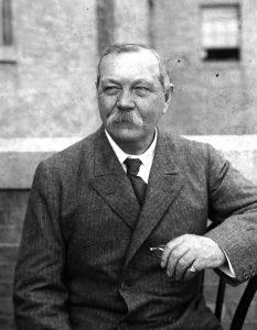 Sherlock Holmes'ün yaratıcısı Arthur Conan Doyle.