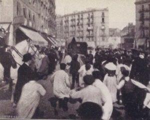 Tutuklandıktan sonra halk, Enriqueta Marti'yi linç etmek istiyor.