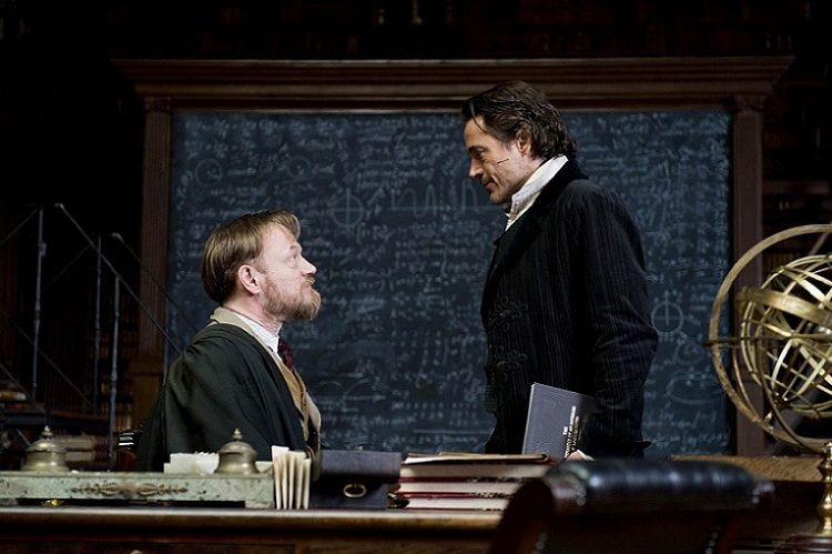 """""""Sherlock"""" filminden. Profesör Moriarty ve Holmes karşı karşıya..."""