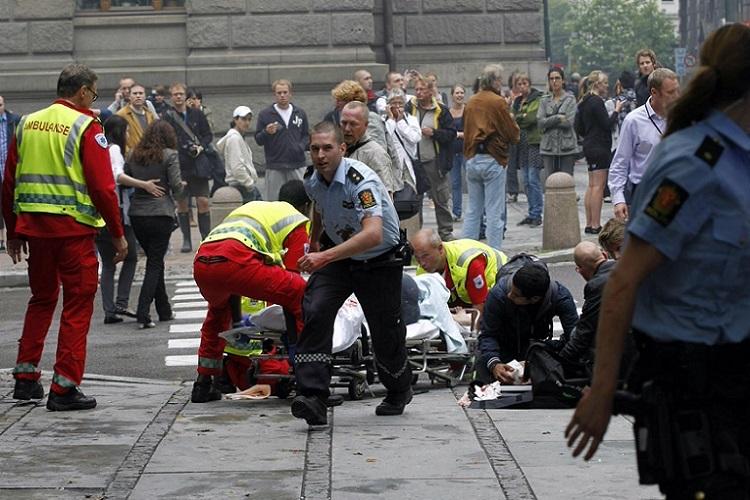 2011'de Norveç'te düzenlenen saldırı sonrasını yansıtan bir kare...