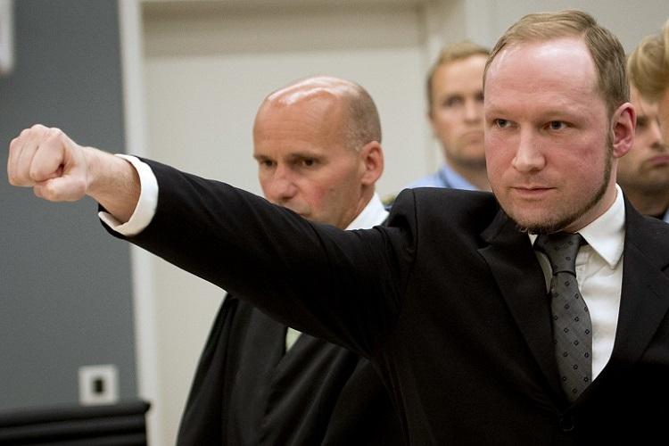 """""""Yüzyılın canavarı"""" Anders Behring Breivik, duruşma sırasında Neo-Nazi selamı verirken..."""
